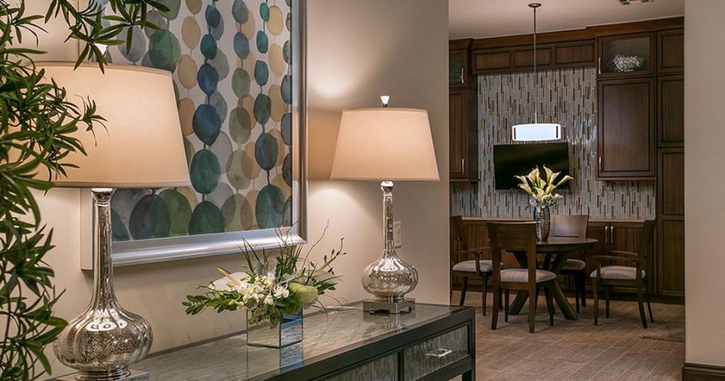 Swaim console, lamps, fine art